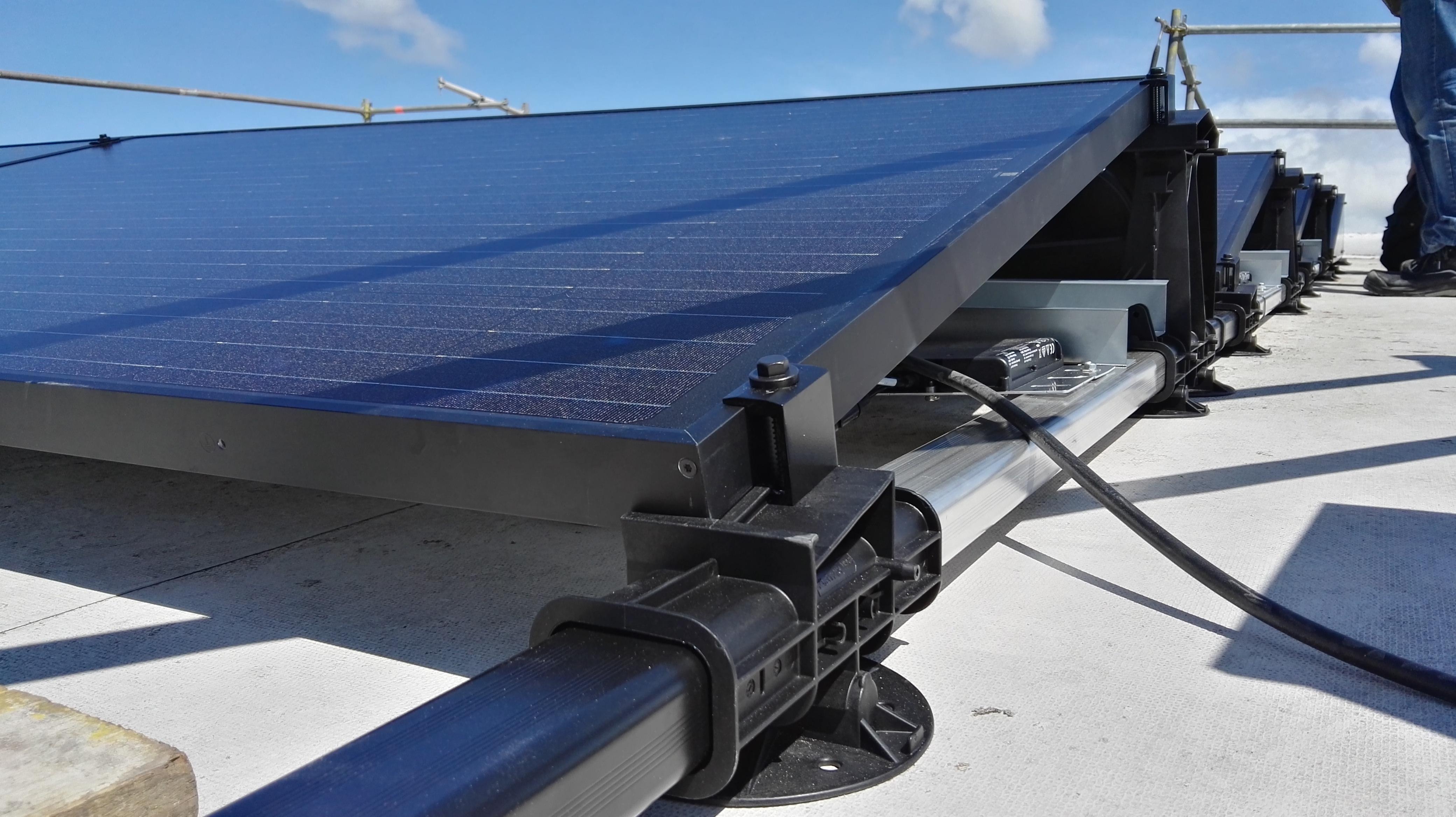 Update zon op je huis: platdak opstelling zonnepanelen geplaatst